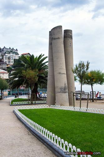 Monumento en la playa de Ondarreta