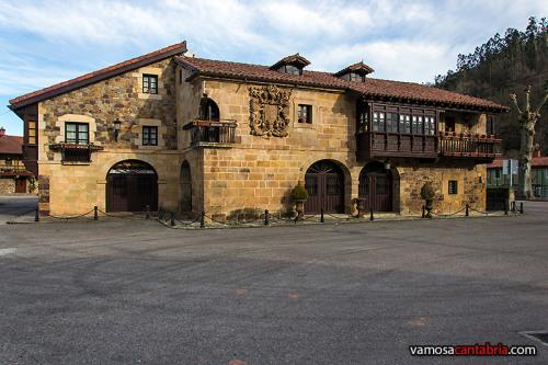 Casa con escudo en la fachada