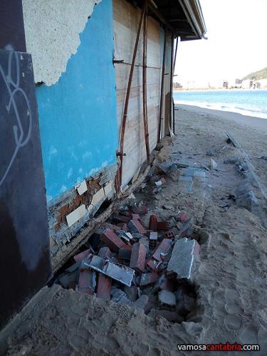 Chiringuitos destrozados en el Puntal de Laredo II