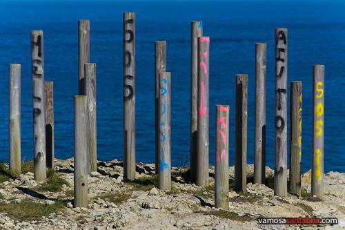 Postes en la roca de la senda costera II