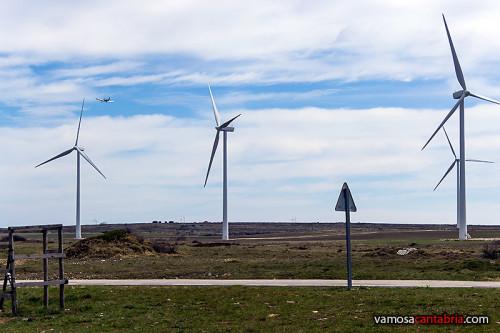 Avioneta volando entre los aerogeneradores