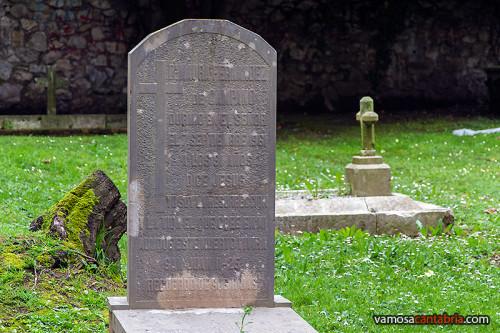 Lápida en el cementerio protestante de Santander