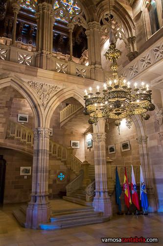 Lámpara en el vestíbulo del Palacio de Sobrellano I