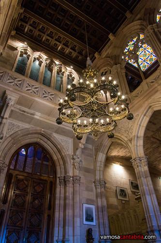 Lámpara en el vestíbulo del Palacio de Sobrellano II