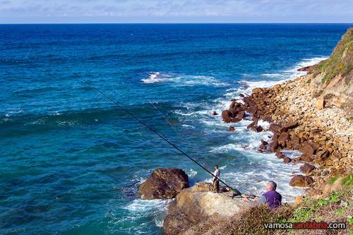 Pescando en la playa de Luaña