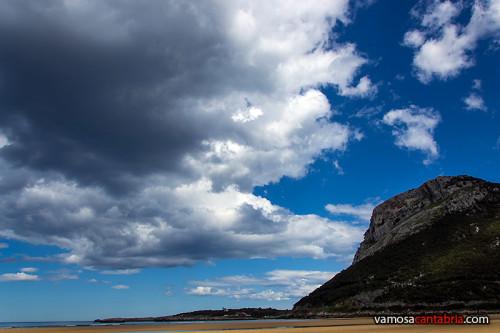 Pico Cerredo desde la playa de Oriñón