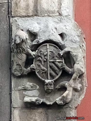 Escudo en el numero treinta de la calle Alta