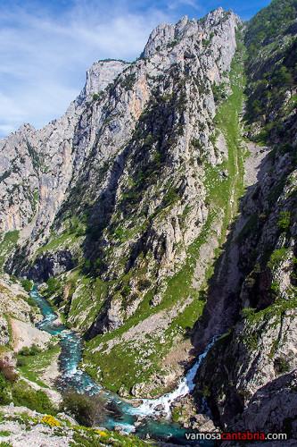 Canal y cascada en la montaña