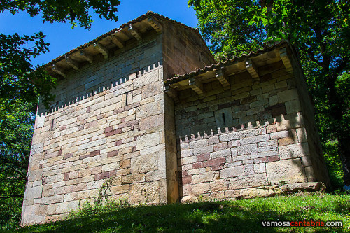 Trasera de la ermita de San Román de Moroso