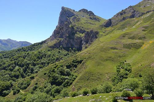 Zigzag en la montaña hacia Fuente De