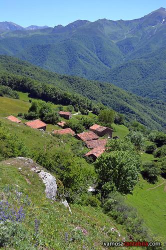 Pueblo medio abandonado en la montaña