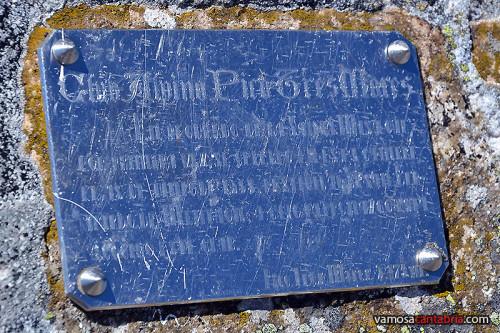 Otra placa junto a los esquíes