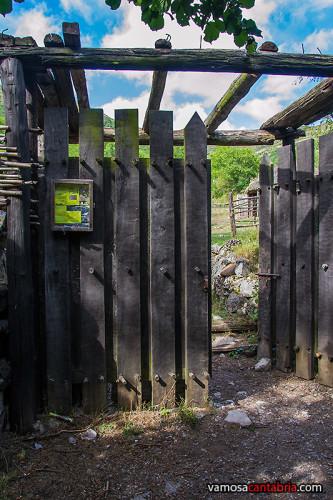 Puerta del poblado cántabro