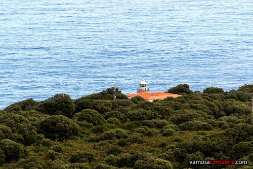 Faro de San Emeterio a lo lejos II