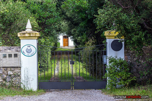 Verja a la entrada del faro