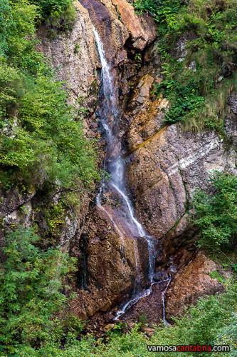 Cascada junto a la presa de la Cohilla