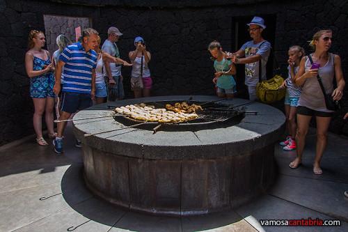 Asando pollos al calor de la chimenea