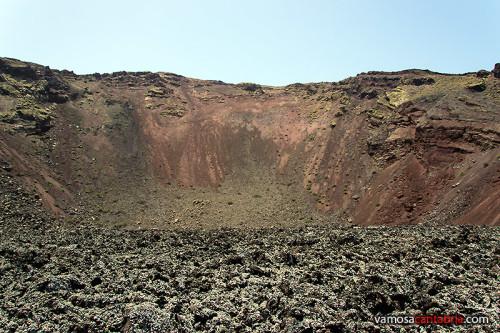 Medio volcán y lava