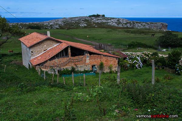 Granja y casa en la entrada al prado