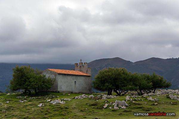 Ermita con nubes en la montaña